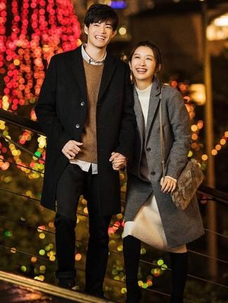 Wie kombinieren: schwarzer Mantel, brauner Pullover mit einem Rundhalsausschnitt, graues Langarmhemd, schwarze Chinohose