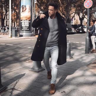 Wie kombinieren: schwarzer Mantel, grauer Pullover mit einem Rundhalsausschnitt, hellblaue enge Jeans, braune Wildlederfreizeitstiefel