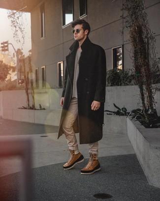 Wie kombinieren: schwarzer Mantel, grauer Pullover mit einem Rundhalsausschnitt, hellbeige Jeans, braune Lederfreizeitstiefel