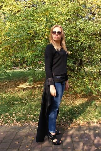 Wie kombinieren: schwarzer Mantel, schwarzer Pullover mit einem Rundhalsausschnitt, blaue Boyfriend Jeans, schwarze Leder Sandaletten