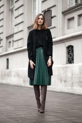 Wie kombinieren: schwarzer Mantel, schwarzer Pullover mit einem Rundhalsausschnitt, dunkelgrüner Falten Midirock aus Leder, dunkelgraue Overknee Stiefel aus Wildleder