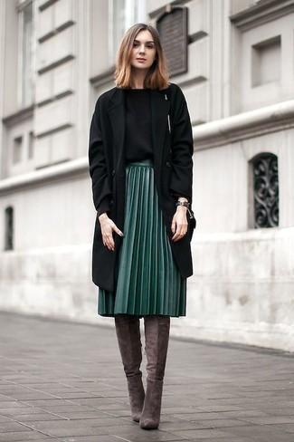 Braune kniehohe Stiefel aus Wildleder kombinieren – 29 Damen Outfits: Um einen einfachen aber stilsicheren Freizeit-Look zu erzielen, probieren Sie die Kombi aus einem schwarzen Mantel und einem dunkelgrünen Midirock mit Falten. Vervollständigen Sie Ihr Look mit braunen kniehohe Stiefeln aus Wildleder.