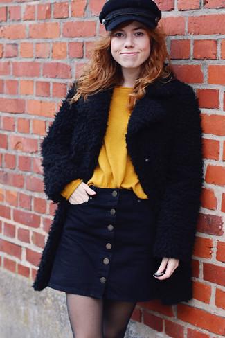Wenn Sie auf der Suche nach dem idealen lässigen Stil sind, probieren Sie die Kombination aus einem schwarzen Mantel mit Reliefmuster und einem schwarzen Rock mit Knöpfen.