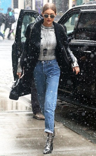 Wie kombinieren: schwarzer Mantel, silberner Pullover mit einem Rundhalsausschnitt, blaue Boyfriend Jeans, silberne Schnürstiefeletten aus Leder
