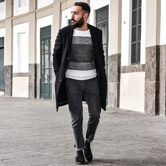 Wie kombinieren: schwarzer Mantel, weißer und schwarzer horizontal gestreifter Pullover mit einem Rundhalsausschnitt, dunkelgraue Jeans, schwarze Chelsea-Stiefel aus Wildleder