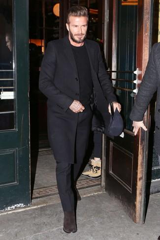 David Beckham trägt Schwarzer Mantel, Schwarzer Pullover mit Rundhalsausschnitt, Schwarze Anzughose, Dunkelbraune Chelsea-Stiefel aus Wildleder
