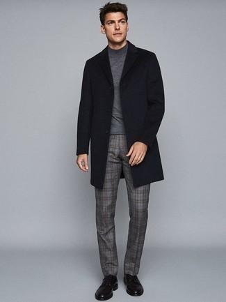 Dunkelgraue Chinohose kombinieren – 500+ Herren Outfits kalt Wetter: Kombinieren Sie einen schwarzen Mantel mit einer dunkelgrauen Chinohose, um einen modischen Freizeitlook zu kreieren. Vervollständigen Sie Ihr Outfit mit schwarzen Leder Derby Schuhen, um Ihr Modebewusstsein zu zeigen.