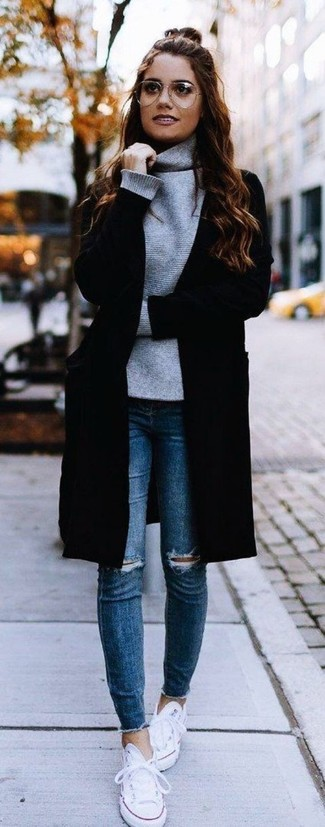 Wie kombinieren: schwarzer Mantel, grauer Rollkragenpullover, blaue enge Jeans mit Destroyed-Effekten, weiße Segeltuch niedrige Sneakers