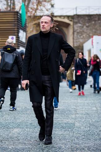 Wie kombinieren: schwarzer Mantel, schwarzer Rollkragenpullover, schwarze Anzughose mit Schottenmuster, schwarze Chelsea-Stiefel aus Wildleder