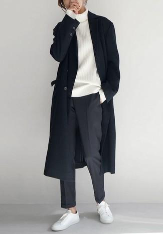 Weiße Leder niedrige Sneakers kombinieren – 500+ Herren Outfits: Tragen Sie einen schwarzen Mantel und eine dunkelgraue Chinohose für Ihren Bürojob. Fühlen Sie sich ideenreich? Entscheiden Sie sich für weißen Leder niedrige Sneakers.