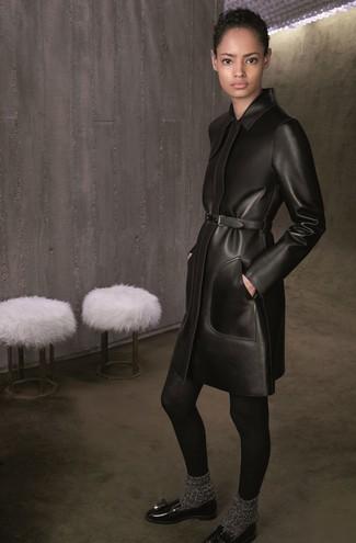 schwarzer Ledermantel, schwarze Leder Slipper mit Quasten, dunkelgraue Wollsocke, schwarze Wollstrumpfhose für Damen
