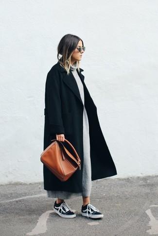 Wie kombinieren: schwarzer Mantel, graues Sweatkleid, schwarze niedrige Sneakers, rotbraune Shopper Tasche aus Leder