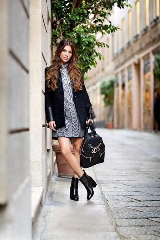 Wie kombinieren: schwarzer Mantel, silbernes Sweatkleid, schwarze Leder Stiefeletten, schwarzer Leder Rucksack
