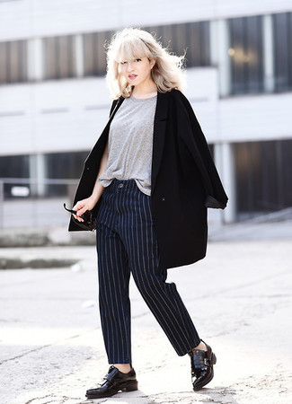 Wie kombinieren: schwarzer Mantel, graues T-Shirt mit einem Rundhalsausschnitt, dunkelblaue vertikal gestreifte Anzughose, schwarze Leder Slipper mit Quasten