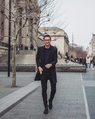 Wie kombinieren: schwarzer Mantel, schwarzes T-Shirt mit einem Rundhalsausschnitt, schwarze enge Jeans, schwarze Chelsea-Stiefel aus Wildleder