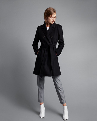 Wie kombinieren: schwarzer Mantel, weißes T-Shirt mit einem Rundhalsausschnitt, graue Anzughose, weiße Leder niedrige Sneakers