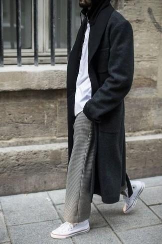 Wie kombinieren: schwarzer Mantel, weißes T-Shirt mit einem Rundhalsausschnitt, graue Chinohose mit Karomuster, weiße hohe Sneakers aus Segeltuch