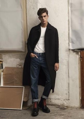 Weißes T-Shirt mit einem Rundhalsausschnitt kombinieren – 500+ Herren Outfits kalt Wetter: Vereinigen Sie ein weißes T-Shirt mit einem Rundhalsausschnitt mit dunkelblauen Jeans, um einen lockeren, aber dennoch stylischen Look zu erhalten. Fühlen Sie sich mutig? Wählen Sie eine schwarze Lederfreizeitstiefel.