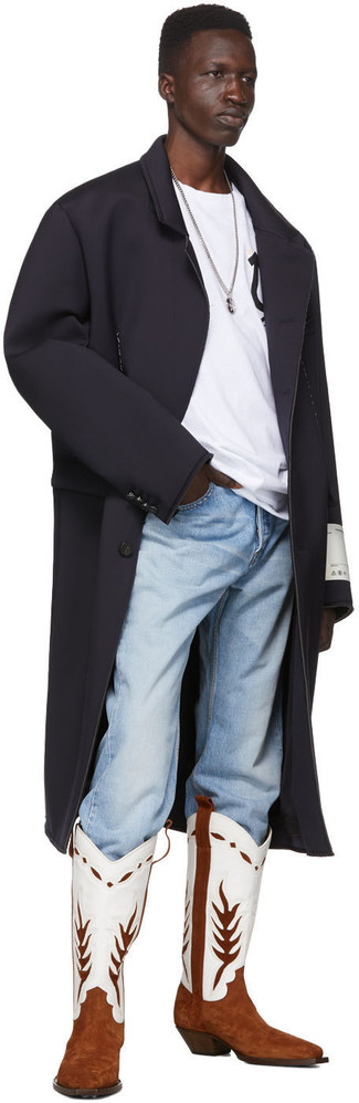 Weißes und schwarzes bedrucktes T-Shirt mit einem Rundhalsausschnitt kombinieren: Kombinieren Sie ein weißes und schwarzes bedrucktes T-Shirt mit einem Rundhalsausschnitt mit hellblauen Jeans für einen entspannten Wochenend-Look. Wenn Sie nicht durch und durch formal auftreten möchten, ergänzen Sie Ihr Outfit mit weißen und braunen Cowboystiefeln aus Leder.