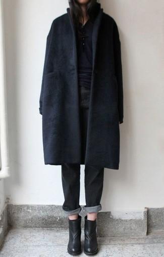 schwarzer Mantel, schwarzes T-shirt mit einer Knopfleiste, schwarze Boyfriend Jeans, schwarze Leder Stiefeletten für Damen