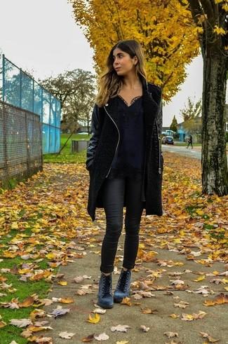 Schwarzer Mantel, Schwarzes Spitze Trägershirt, Schwarze Enge Jeans, Graue Schnürstiefeletten aus Wildleder für Damen