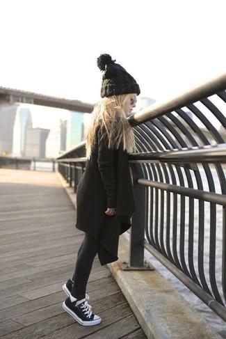 Wie kombinieren: schwarzer Mantel, schwarze Turnschuhe, schwarze Mütze, schwarze Strumpfhose