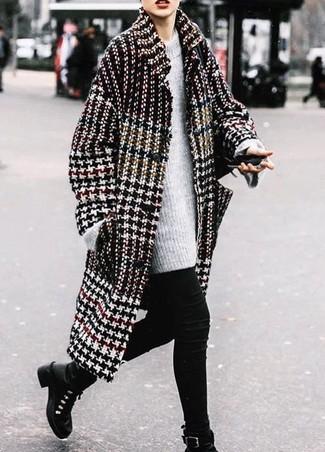 Wie kombinieren: schwarzer und weißer Mantel mit Hahnentritt-Muster, grauer Strick Oversize Pullover, schwarze enge Jeans, schwarze flache Stiefel mit einer Schnürung aus Leder