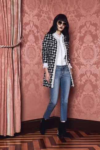 Wie kombinieren: schwarzer und weißer Tweed Mantel mit Karomuster, weißer Pullover mit einem Rundhalsausschnitt, blaue Jeans, schwarze verzierte Samt Stiefeletten