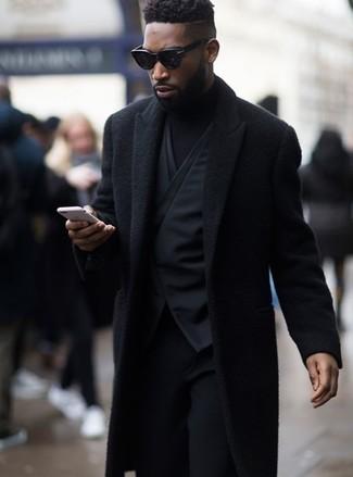 Wie kombinieren: schwarzer Mantel, schwarze Weste, schwarzer Rollkragenpullover, schwarze Wollanzughose