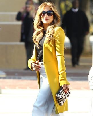 Jennifer Lopez trägt Senf Mantel, Schwarzes Ärmelloses Oberteil, Weiße Weite Hose, Hellbeige Wildleder Clutch mit Leopardenmuster