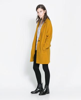 Senf Mantel, Weiße und schwarze bedruckte Kurzarmbluse, Schwarze Leggings, Schwarze Chelsea-Stiefel aus Leder für Damen
