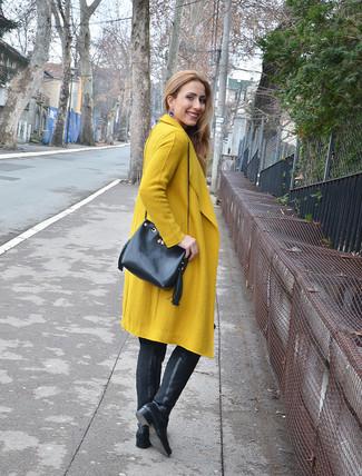 Wie kombinieren: senf Mantel, schwarze Overknee Stiefel aus Leder, schwarze Leder Beuteltasche, blaue Ohrringe