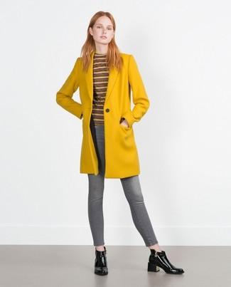 senf Mantel, dunkelroter horizontal gestreifter Pullover mit einem Rundhalsausschnitt, graue enge Jeans, schwarze Leder Stiefeletten für Damen