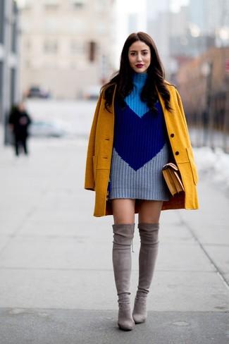 Wie kombinieren: senf Mantel, dunkelblaues Strick Sweatkleid, graue Overknee Stiefel aus Wildleder, senf Satchel-Tasche aus Leder