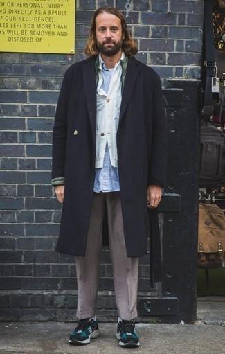 Dunkelgraue Chinohose kombinieren – 500+ Herren Outfits kalt Wetter: Tragen Sie einen schwarzen Mantel und eine dunkelgraue Chinohose für einen für die Arbeit geeigneten Look. Fühlen Sie sich mutig? Vervollständigen Sie Ihr Outfit mit dunkeltürkisen Sportschuhen.