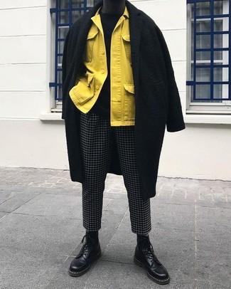 Wie kombinieren: schwarzer Mantel, gelbe Shirtjacke, schwarzer Pullover mit einem Rundhalsausschnitt, schwarze und weiße Chinohose mit Karomuster