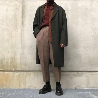Wie kombinieren: olivgrüner Mantel, rotbraune Shirtjacke, dunkelroter Rollkragenpullover, braune Anzughose mit Karomuster