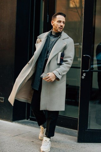 Dunkelgraue Socken kombinieren: trends 2020: Entscheiden Sie sich für Komfort in einem grauen Mantel und dunkelgrauen Socken. Suchen Sie nach leichtem Schuhwerk? Wählen Sie weißen Sportschuhe für den Tag.