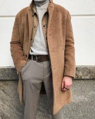 Dunkelgraue Chinohose kombinieren – 500+ Herren Outfits kalt Wetter: Paaren Sie einen camel Mantel mit einer dunkelgrauen Chinohose für Ihren Bürojob.
