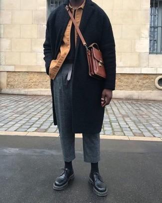 Wie kombinieren: schwarzer Mantel, beige Shirtjacke, schwarzes T-Shirt mit einem Rundhalsausschnitt, dunkelgraue Wollanzughose mit Karomuster