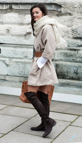 Wie kombinieren: hellbeige Mantel, weißes Shirtkleid, dunkelbraune Overknee Stiefel aus Wildleder, braune Shopper Tasche aus Leder