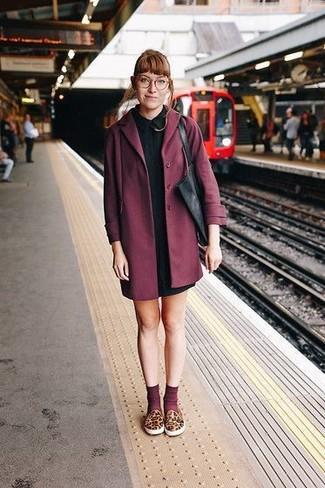 Dunkelroten Mantel kombinieren – 173 Damen Outfits: Tragen Sie einen dunkelroten Mantel und ein schwarzes Shirtkleid, um ein lockeres Outfit zu erzeugen. Fühlen Sie sich mutig? Wählen Sie braunen Slip-On Sneakers mit Leopardenmuster.