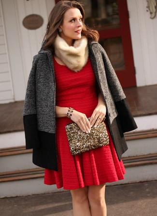 Damen Outfits & Modetrends 2020: Vereinigen Sie einen dunkelgrauen Mantel mit einem roten Skaterkleid, um einen stilsicheren Look zu zaubern.