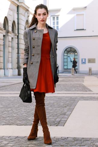 Wie kombinieren: grauer Mantel, rotes Skaterkleid, rotbraune Overknee Stiefel aus Wildleder, schwarze Shopper Tasche aus Leder