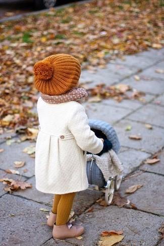 Wie kombinieren: weißer Mantel, hellbeige Stiefel, orange Mütze, hellbeige Schal