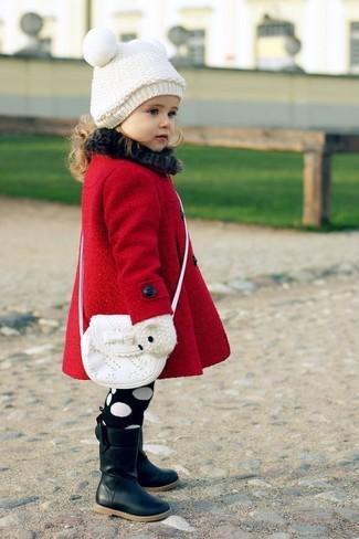 Wie kombinieren: roter Mantel, schwarze Stiefel, weiße Tasche, weiße Mütze