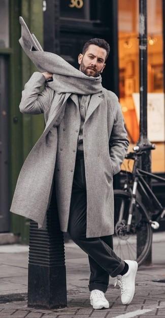 Wie kombinieren: grauer Mantel, graue Strickjacke, schwarze Wollanzughose, weiße Leder niedrige Sneakers