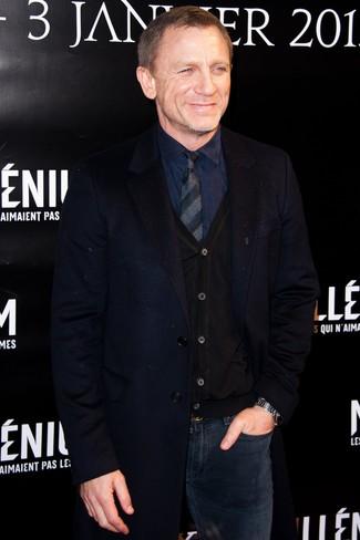 Daniel Craig trägt Dunkelblauer Mantel, Schwarze Strickjacke, Dunkelblaues Businesshemd, Dunkelblaue Jeans