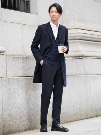 Wie kombinieren: dunkelblauer Mantel, dunkelblaue Strickjacke, weißes Businesshemd, schwarze vertikal gestreifte Anzughose