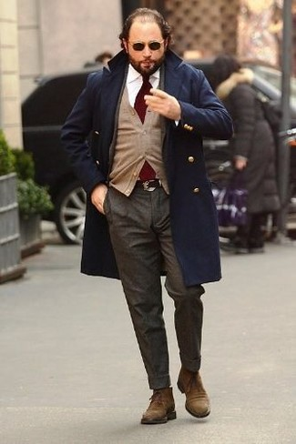 Wie kombinieren: dunkelblauer Mantel, beige Strickjacke, weißes Businesshemd, dunkelgraue Wollanzughose